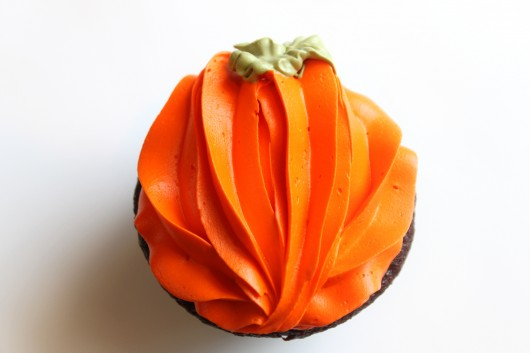 pumpkin piped onto cupcake with 2D tip Easy Halloween Cupcake Easy Thanksgiving cupcake 530x353