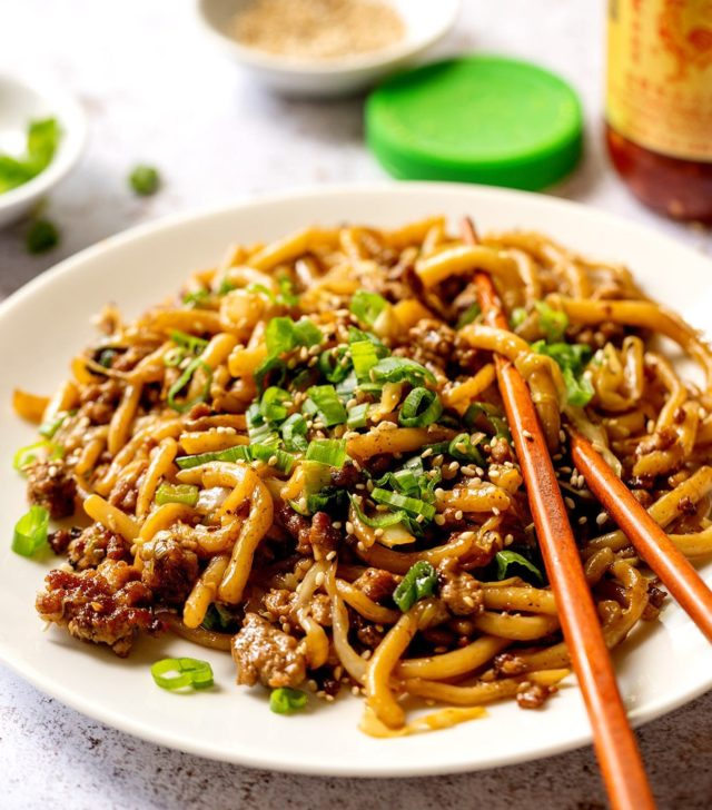 Noodling the night away with this easy garlic chili, ground pork stir fry with sesame oil. - #udon #noodles #stirfry #asianfood #pork #dinnerideas #soyummy #makeitdelicious